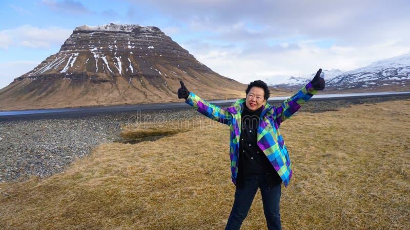 Szczęśliwa Azjatycka starsza kobieta cieszy się retirment wycieczkę Europa Iceland fotografia stock