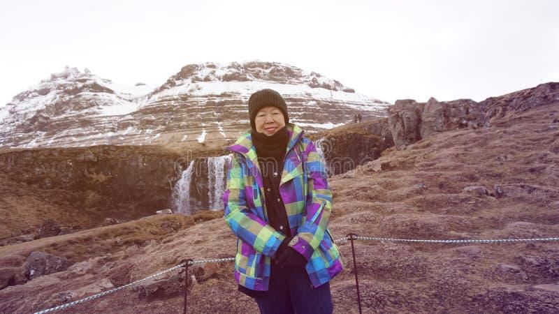 Szczęśliwa Azjatycka starsza kobiety zabawy podróż po retirment Europa Iceland wycieczka obraz royalty free