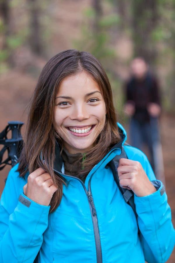 Szczęśliwa Azjatycka wycieczkowicz dziewczyna w lesie z plecakiem obrazy royalty free