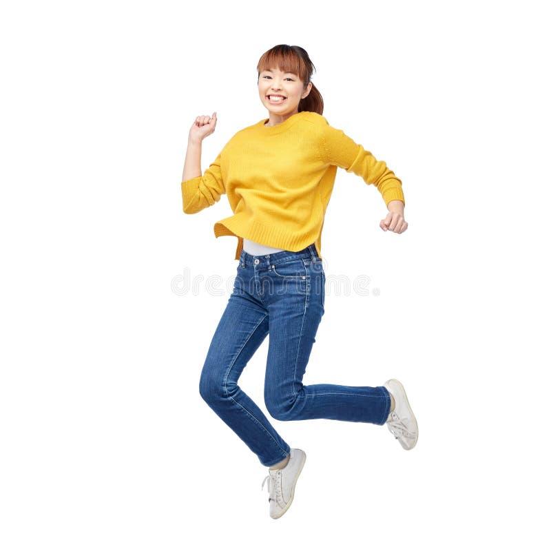 Szczęśliwa azjatykcia kobieta skacze nad bielem obrazy royalty free