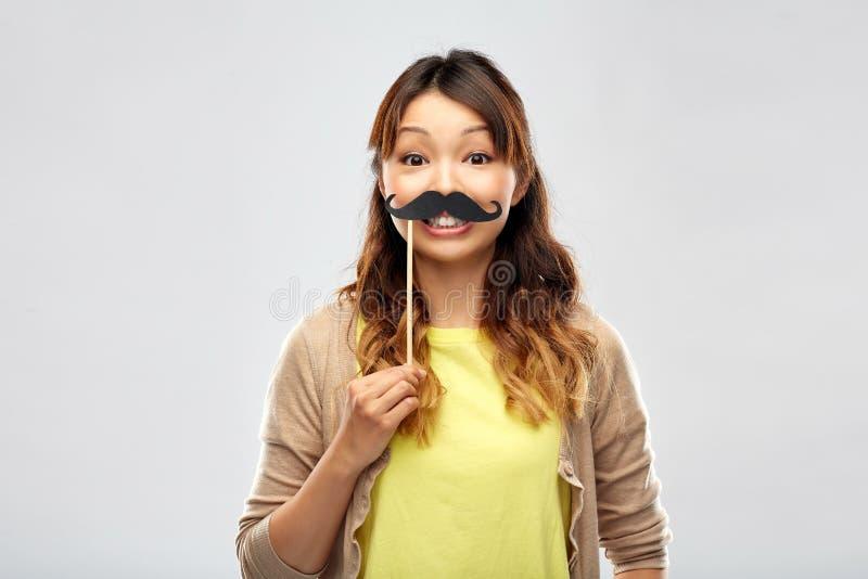 Szczęśliwa azjatykcia kobieta z dużym czarnym wąsy obraz royalty free