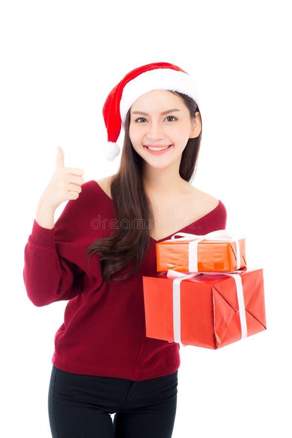 Szczęśliwa azjatykcia kobieta z uśmiechu mienia prezenta pudełkiem dużo xmas fotografia royalty free
