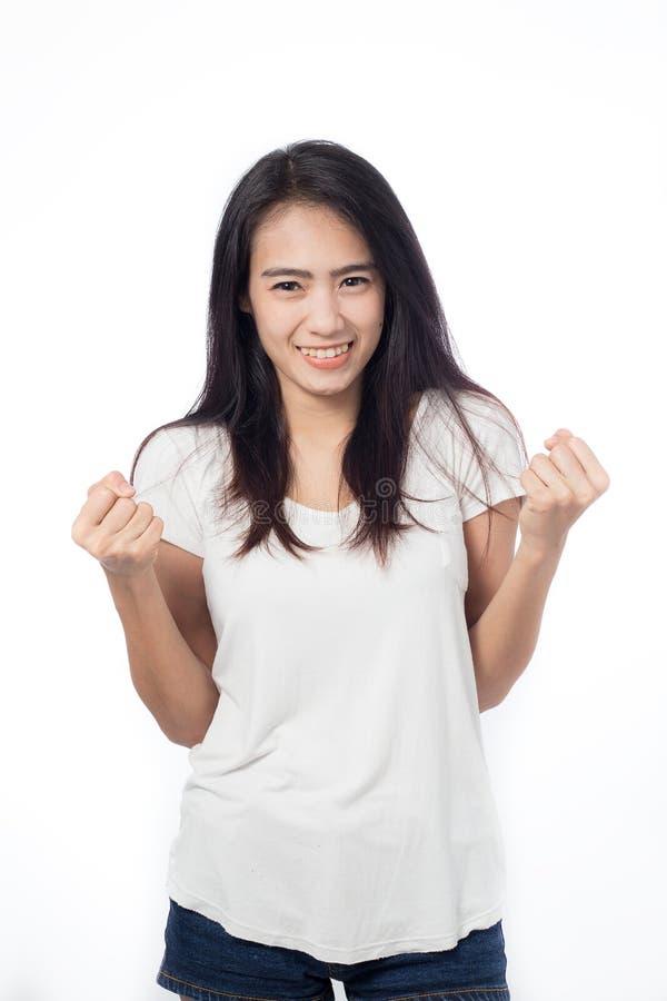 Szczęśliwa azjatykcia młoda kobieta robi zwycięstwo znakowi obrazy stock