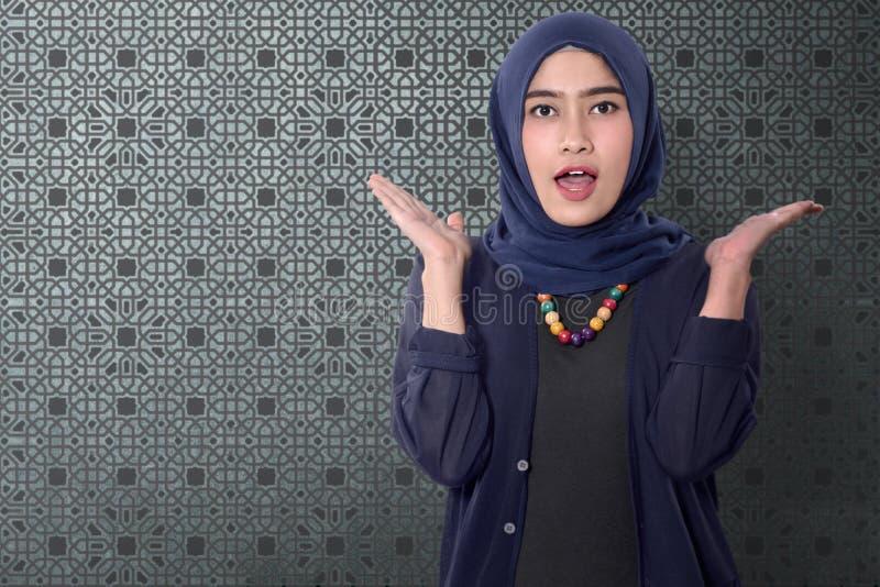 Szczęśliwa azjatykcia muzułmańska kobieta z śmiesznym wyrażeniem obraz stock