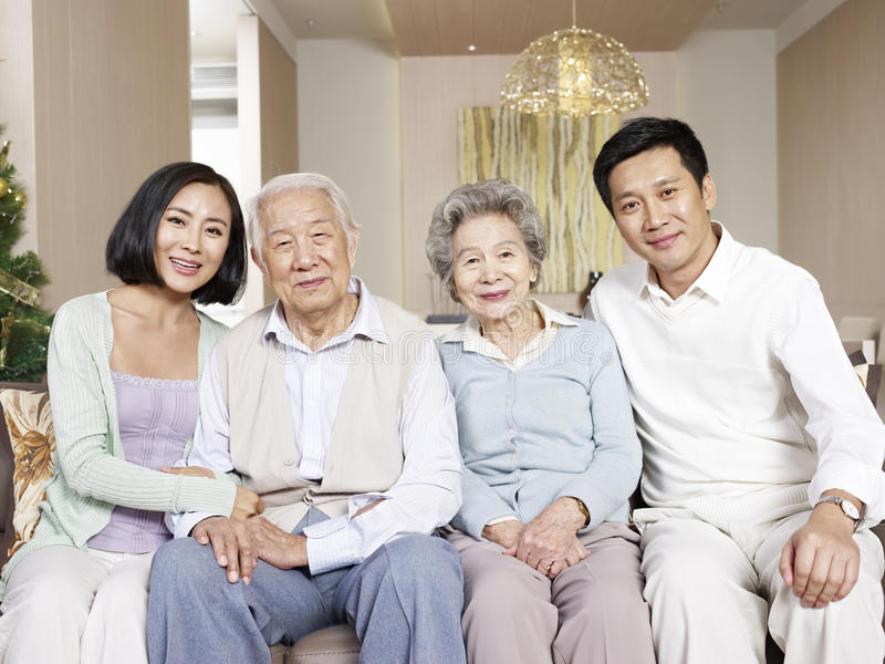 Szczęśliwa azjatykcia rodzina obrazy stock