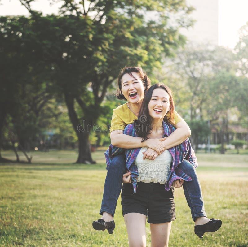 Szczęśliwa azjatykcia rodzina przy parkiem zdjęcie stock
