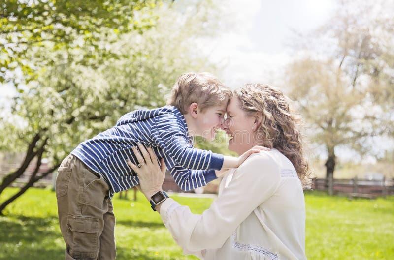 Szczęśliwa babcia i wnuk twarz w twarz w parku fotografia stock