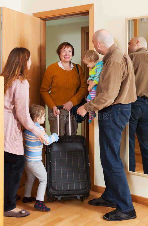 Szczęśliwa babcia przychodzi dzieci fotografia stock