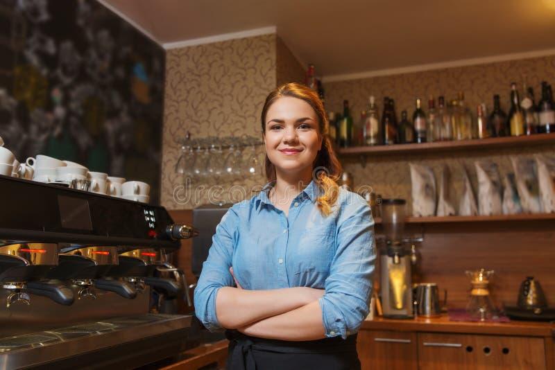 Szczęśliwa barista kobieta przy sklep z kawą zdjęcie royalty free