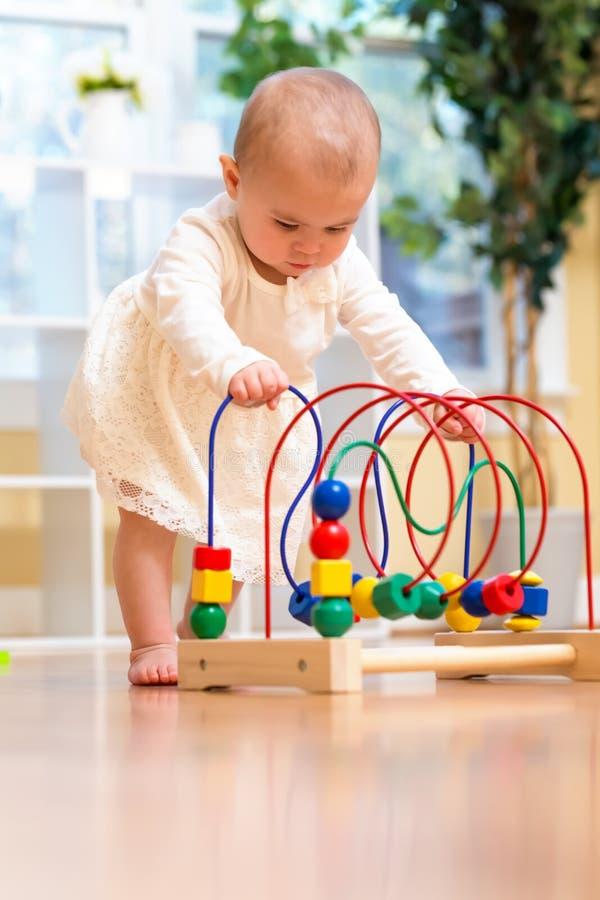 Szczęśliwa berbeć dziewczyna bawić się z zabawkami obrazy royalty free