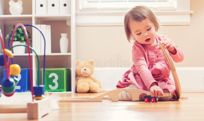 Szczęśliwa berbeć dziewczyna bawić się z zabawkami obrazy stock