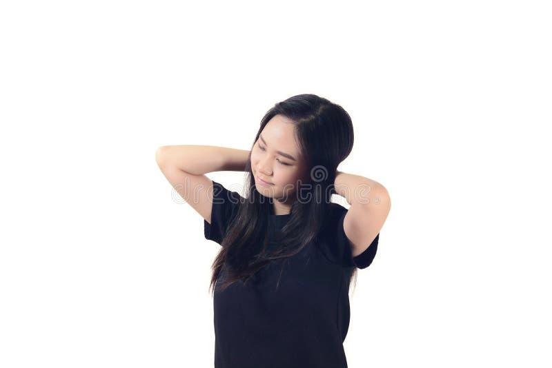 Szczęśliwa beztroska młoda azjatykcia kobieta pozuje z jej rękami nad ona zdjęcie royalty free