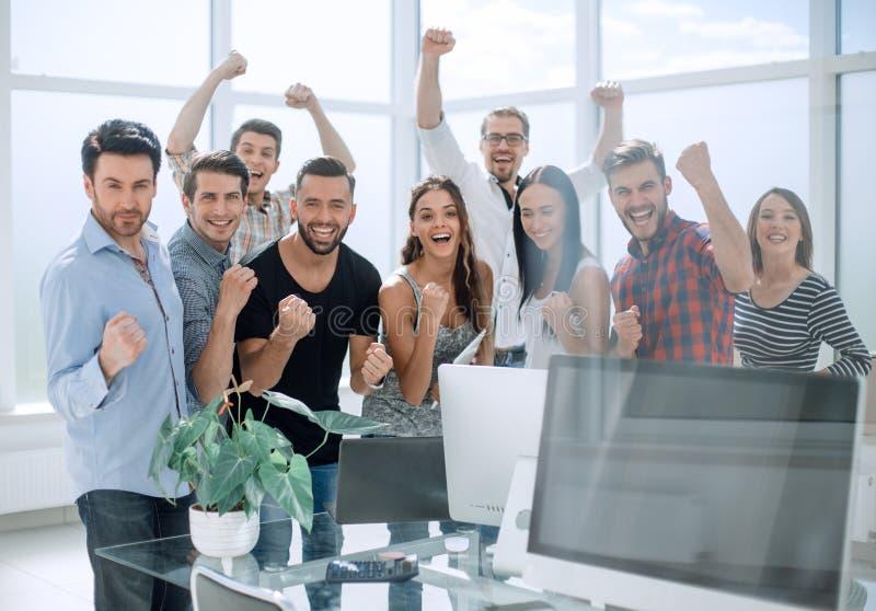 Szczęśliwa biznes drużyny pozycja w nowożytnym biurze zdjęcie royalty free
