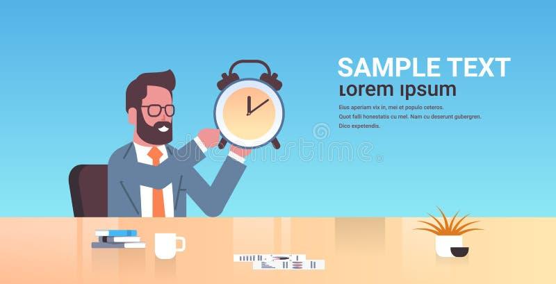 Szczęśliwa biznesmena mienia alarma antyka zegaru biznesowego mężczyzny miejsce pracy biurka ostatecznego terminu czasu zarz ilustracja wektor