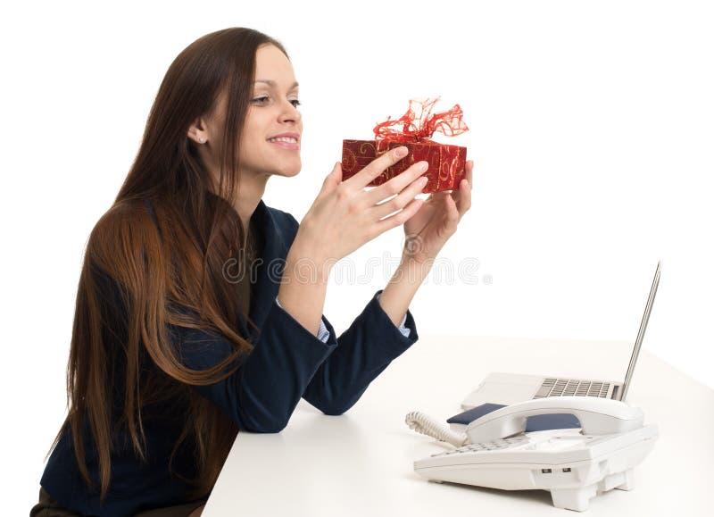 Szczęśliwa biznesowa kobieta z teraźniejszości pudełkiem zdjęcie royalty free