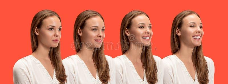 Szczęśliwa biznesowej kobiety pozycja i ono uśmiecha się przeciw czerwonemu tłu obraz stock