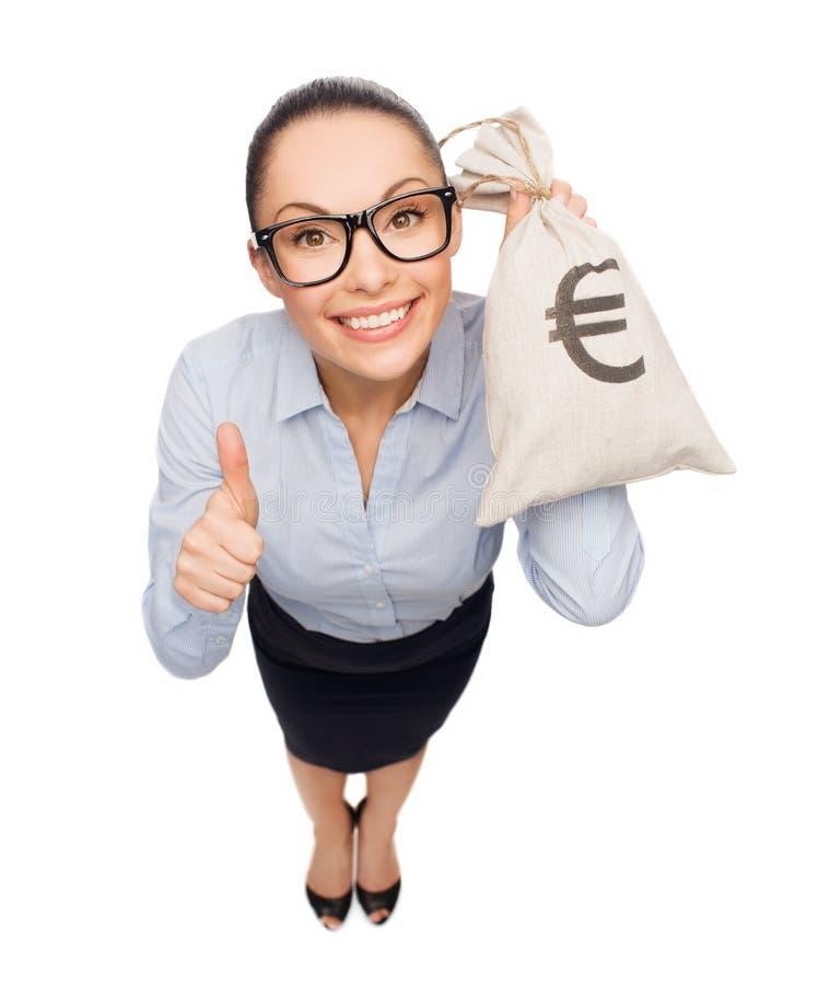 Szczęśliwa bizneswomanu mienia pieniądze torba z euro fotografia royalty free