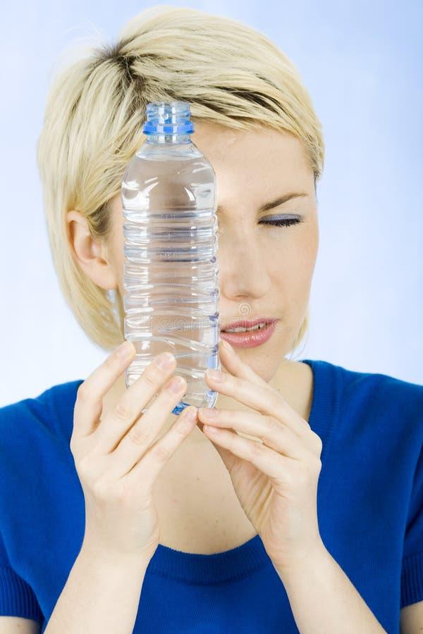 Szczęśliwa blond kobieta z butelką woda zdjęcie royalty free