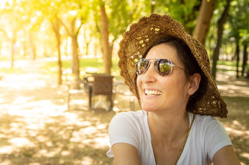 Szczęśliwa brunetki kobieta cieszy się lato w rekreacyjnym terenie fotografia royalty free