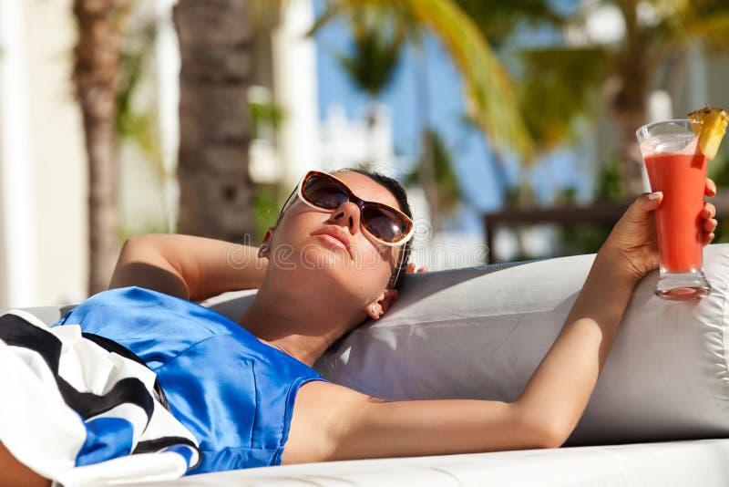 Szczęśliwa brunetki kobieta na wakacje obraz royalty free