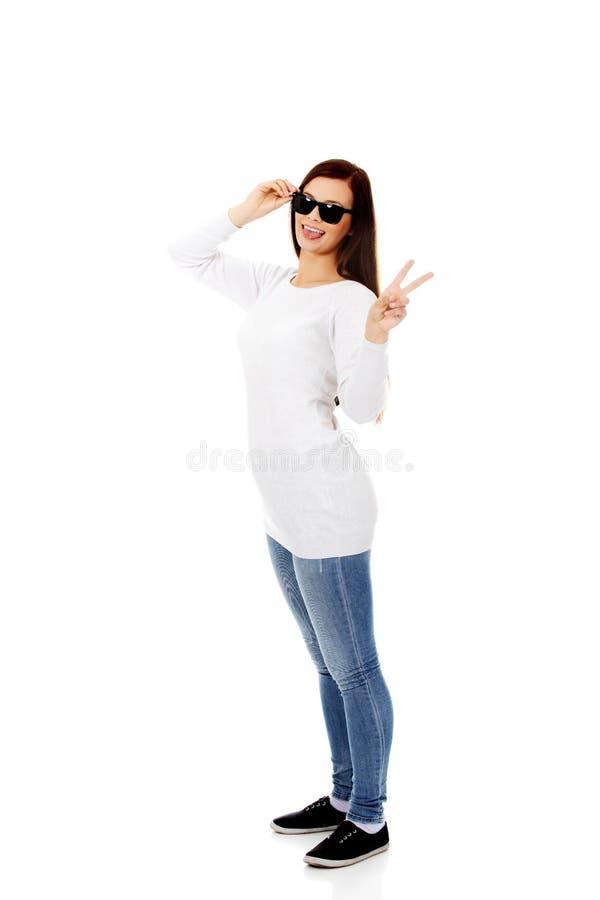 Szczęśliwa brunetki kobieta w okularach przeciwsłonecznych zdjęcia royalty free