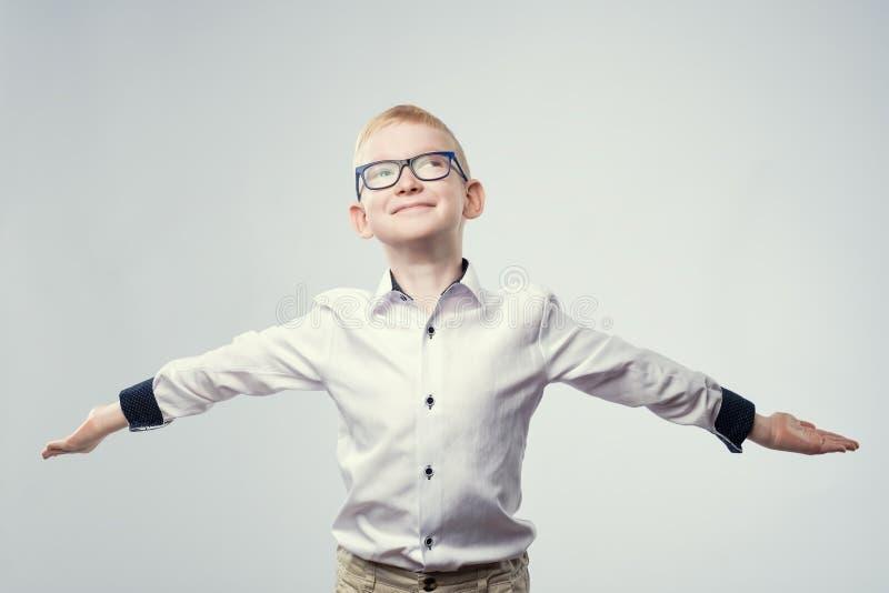 Szczęśliwa caucasian blond chłopiec jest uradowana z wygraną obraz royalty free