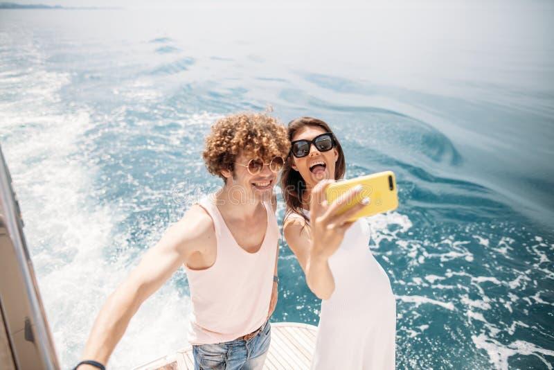 Szczęśliwa caucasian para bierze selfie podróżuje na wakacje zdjęcie royalty free