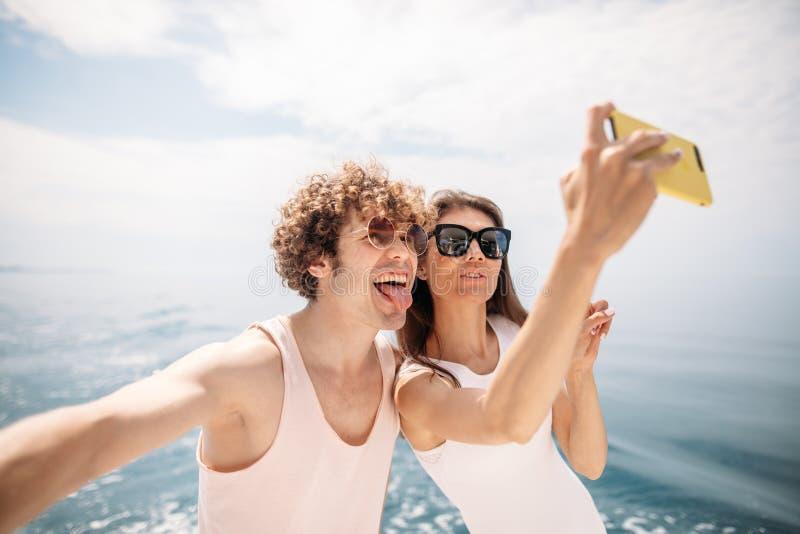 Szczęśliwa caucasian para bierze selfie podróżuje na wakacje zdjęcie stock