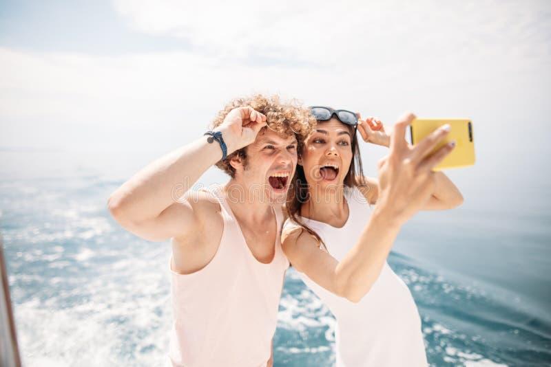Szczęśliwa caucasian para bierze selfie podróżuje na wakacje obraz stock