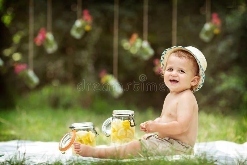 Szczęśliwa chłopiec, śmia się obraz royalty free