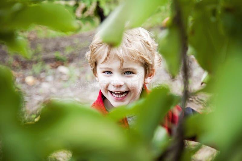 Szczęśliwa chłopiec bawić się outside zdjęcia stock