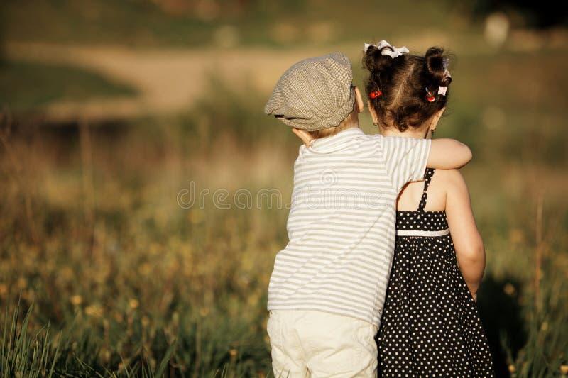 Download Szczęśliwa Chłopiec I Dziewczyna Zdjęcie Stock - Obraz złożonej z femaleness, rodzina: 28952104