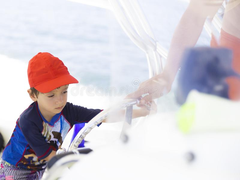 Szczęśliwa chłopiec jedzie łódź zdjęcie stock