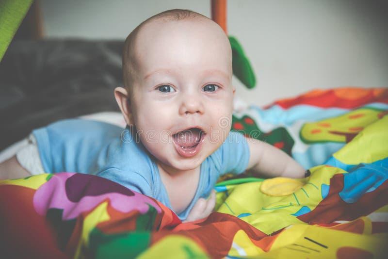 Szczęśliwa chłopiec kłama krzyczeć obrazy stock
