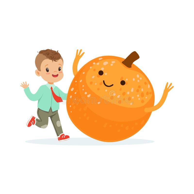 Szczęśliwa chłopiec ma zabawę z świeżą uśmiechniętą pomarańczową owoc, zdrowy jedzenie dla dzieciaków charakterów wektoru kolorow ilustracji