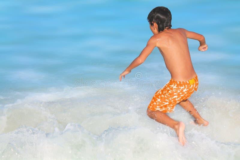 Szczęśliwa chłopiec na plaży obrazy stock