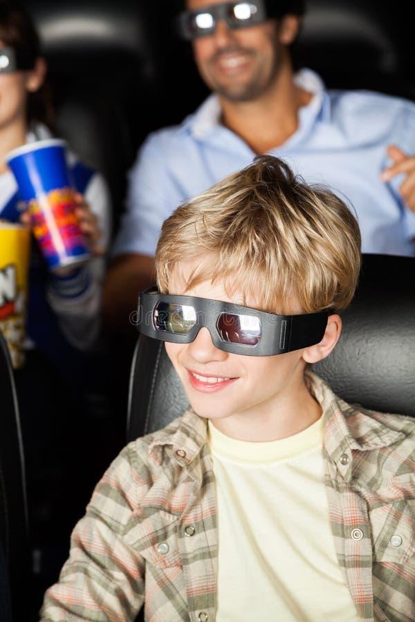 Szczęśliwa chłopiec Ogląda 3D film Przy teatrem obrazy royalty free