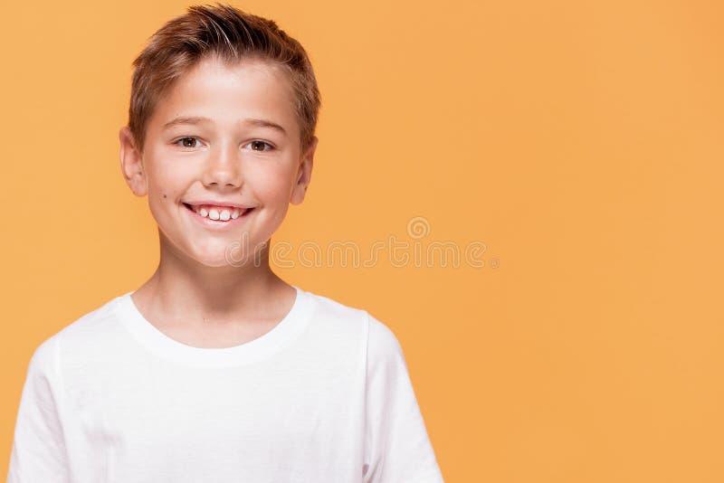 Szczęśliwa chłopiec ono uśmiecha się kamera fotografia royalty free