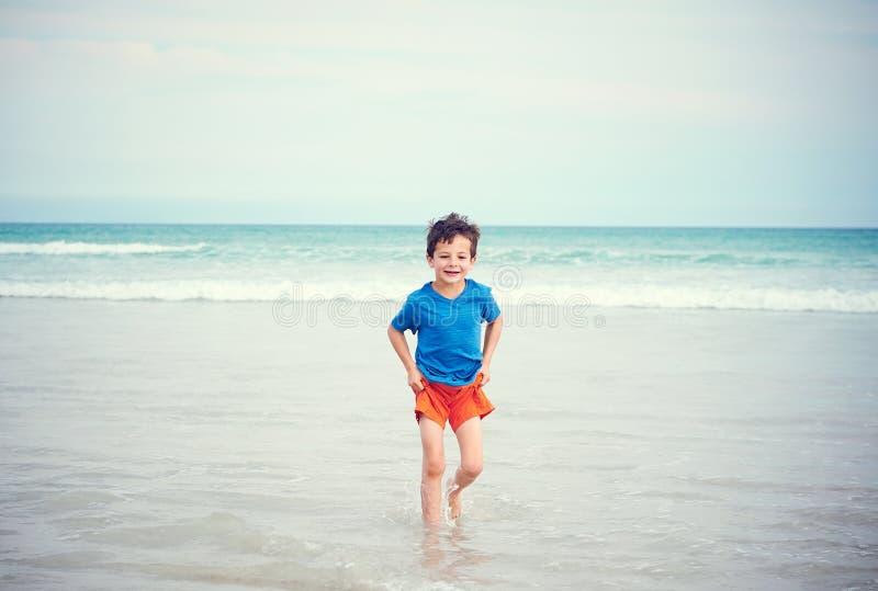 Szczęśliwa chłopiec plaża obraz royalty free