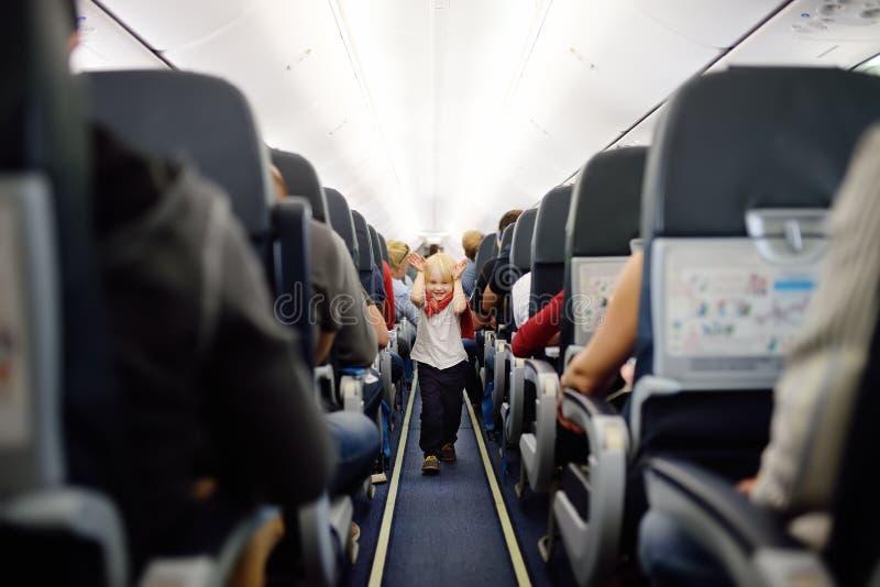 Szczęśliwa chłopiec podczas podróżować samolotem zdjęcia stock