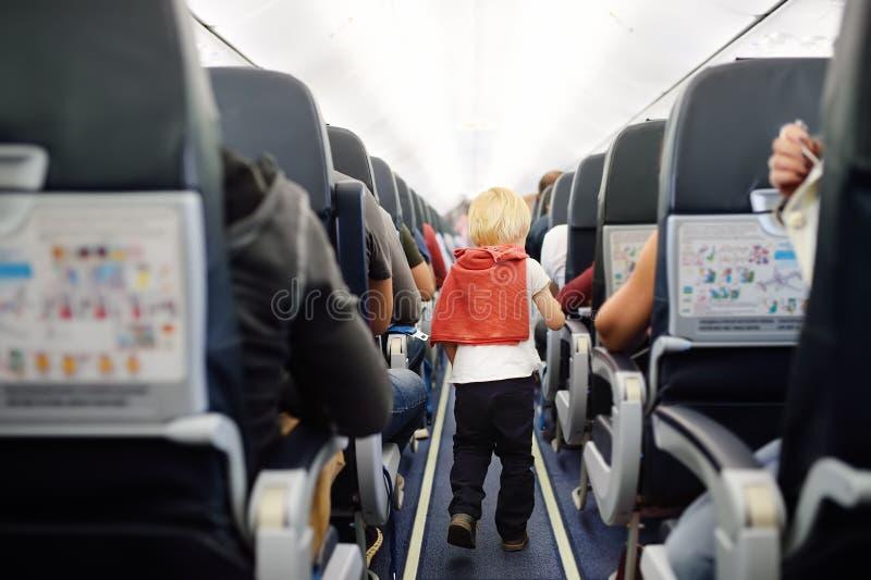 Szczęśliwa chłopiec podczas podróżować samolotem obrazy stock