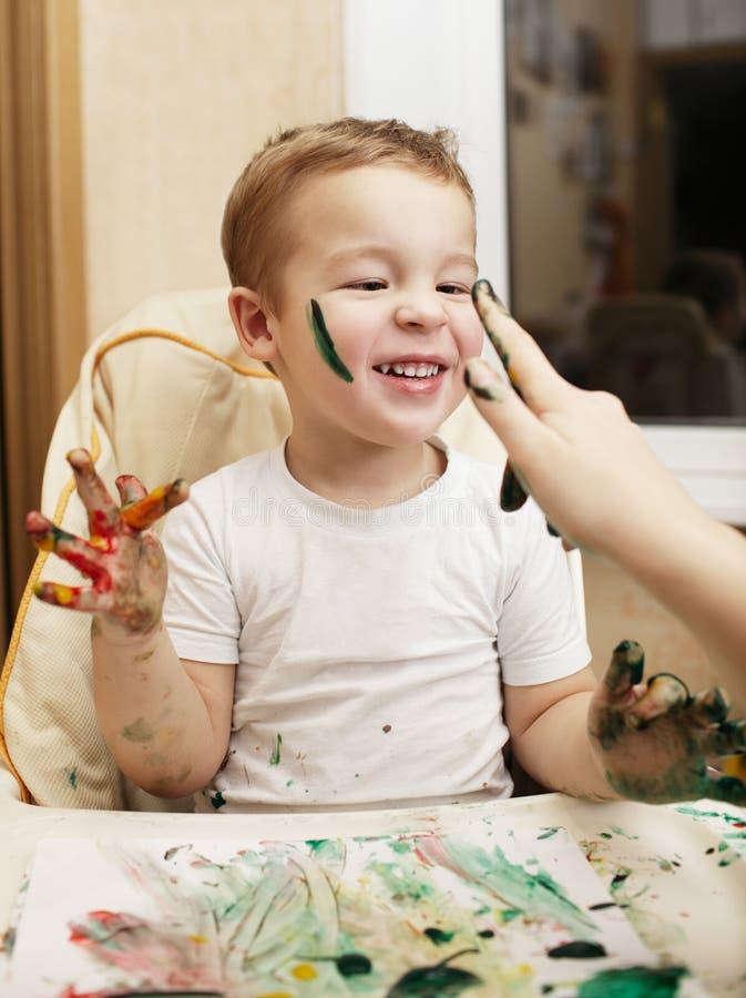 Szczęśliwa chłopiec robi palcowemu obrazowi zdjęcia royalty free