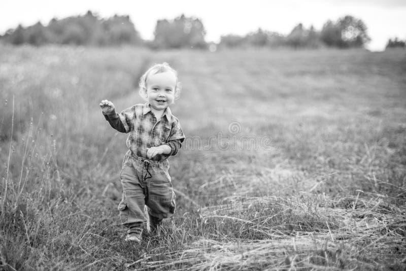 Szczęśliwa chłopiec w naturze zdjęcia royalty free