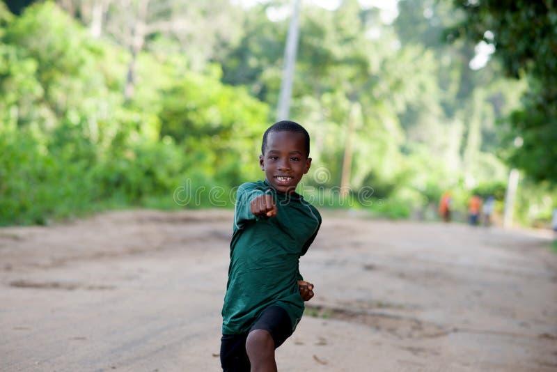 Szczęśliwa chłopiec w sportswear robi ćwiczeniu w naturze obraz stock