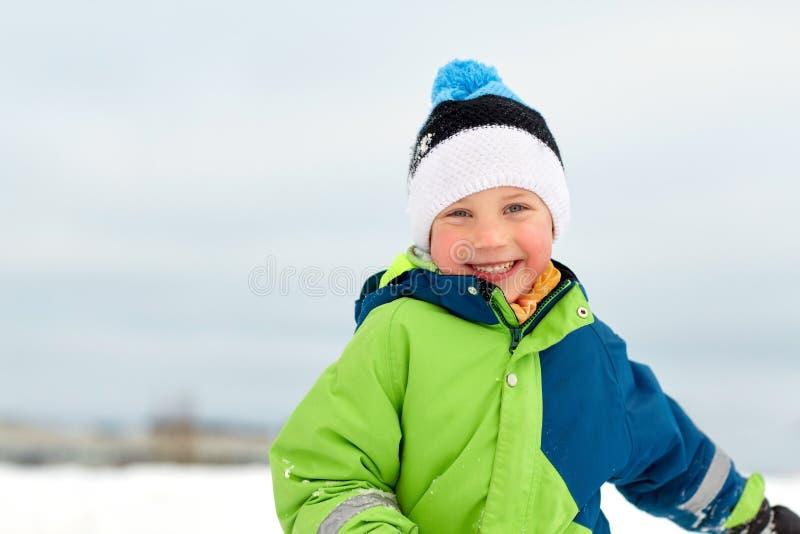 Szczęśliwa chłopiec w zimie odziewa outdoors zdjęcie royalty free