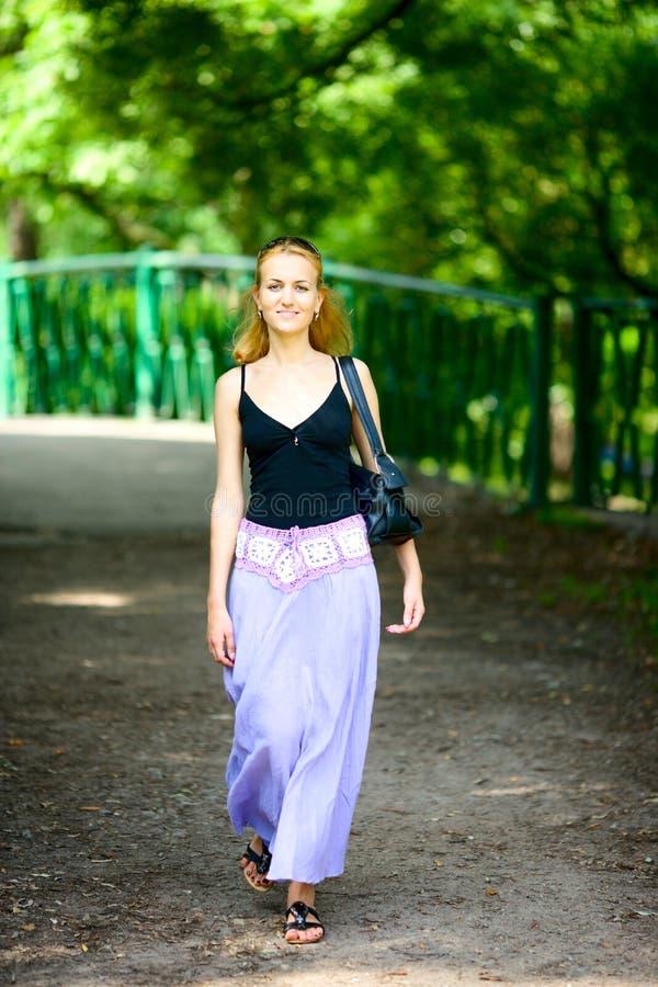 szczęśliwa chodząca kobieta zdjęcia stock