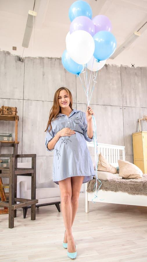 Szczęśliwa ciężarna dziewczyna z balonami obrazy stock