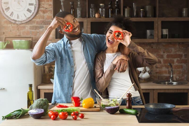 Szczęśliwa czarna para ma zabawę w loft kuchni obraz royalty free