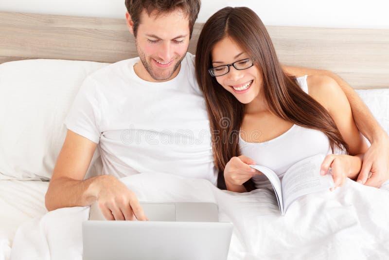 Szczęśliwa czule para śmia się przy ich laptopem zdjęcia royalty free