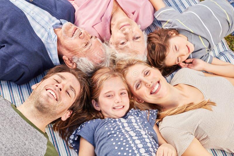 Szczęśliwa dalsza rodzina kłama w okręgu zdjęcie stock